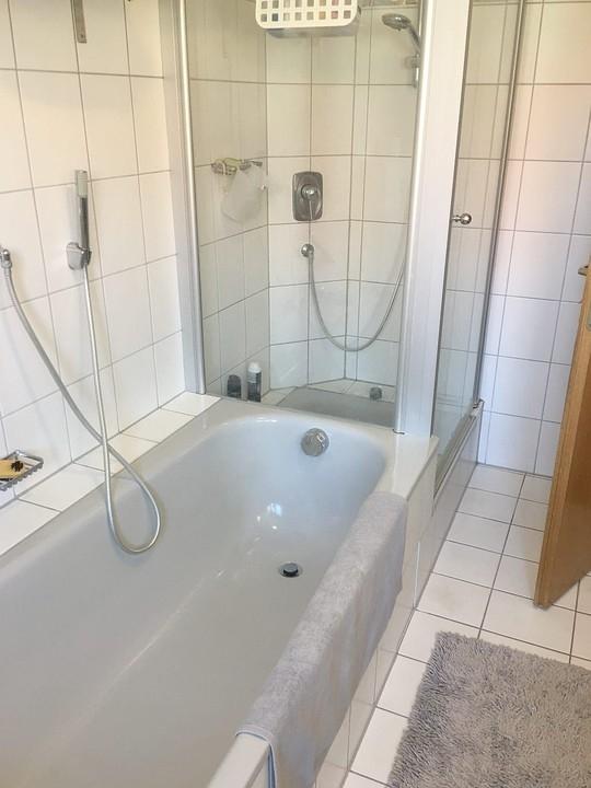 Familienbad mit Wanne + Dusch
