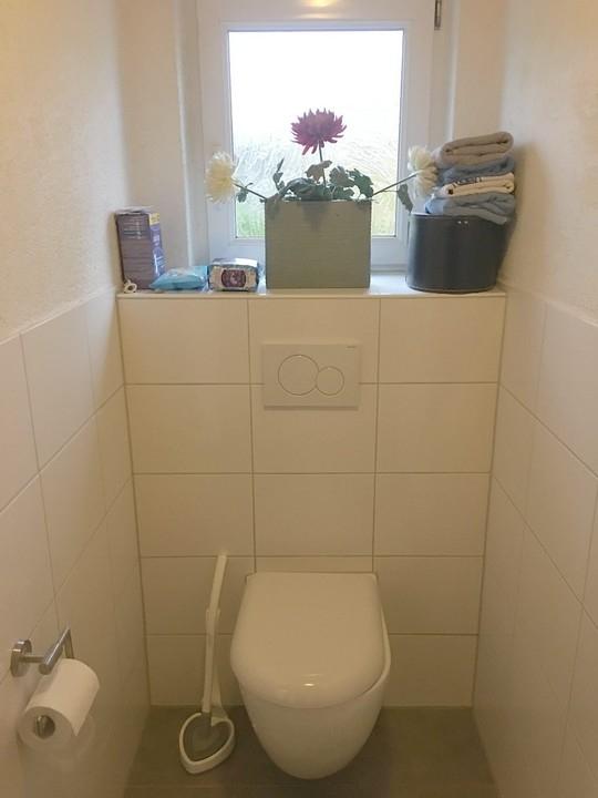 mit abgetrennter Toilette